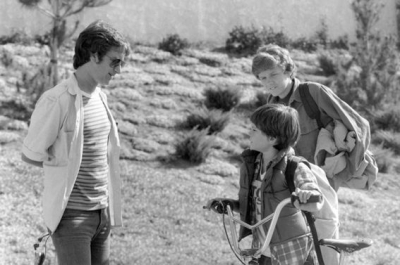 e-t-the-extra-terrestrial-steven-spielberg-henry-thomas-and-robert-macnaughton2.jpg