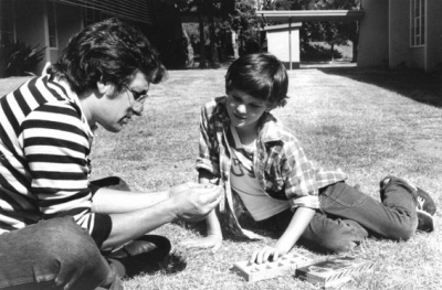 e-t-the-extra-terrestrial-steven-spielberg-and-henry-thomas4.jpg